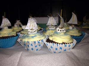 The brides sister Robin made these fab nautical inspired cup cakes.
