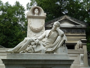 There are many elaborate graves and statues.